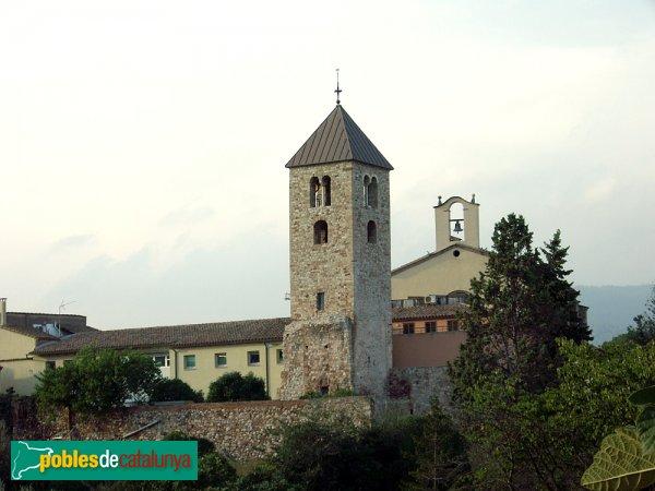 Campanar, darrera del qual es veu l'Església (a la dreta) i la banda posterior de la rectoria (a l'esquerra)
