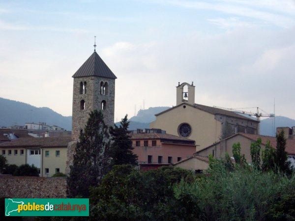 Campanar, amb l'església a la seva dreta