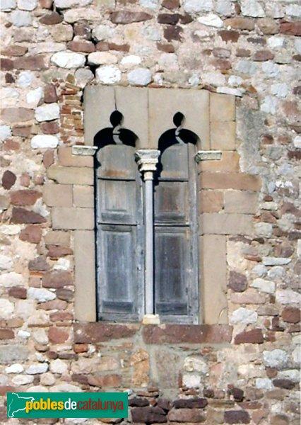 Detall d'una de les finestres del castell