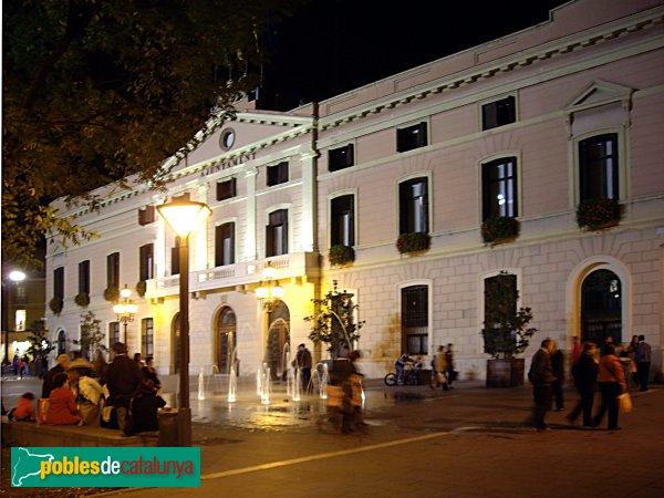 L'edifici de l'Ajuntament, de nit