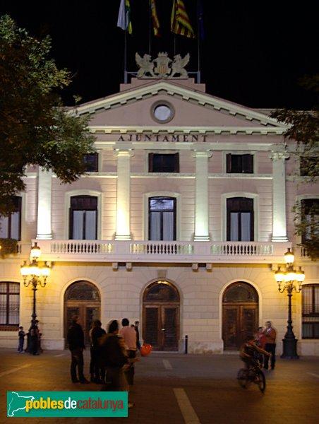 La part central de l'edifici de l'Ajuntament, de nit