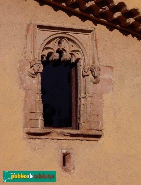 Castellarnau: detall d'una de les finestres, d'estil gòtic i amb dos caps escolpits a les bandes