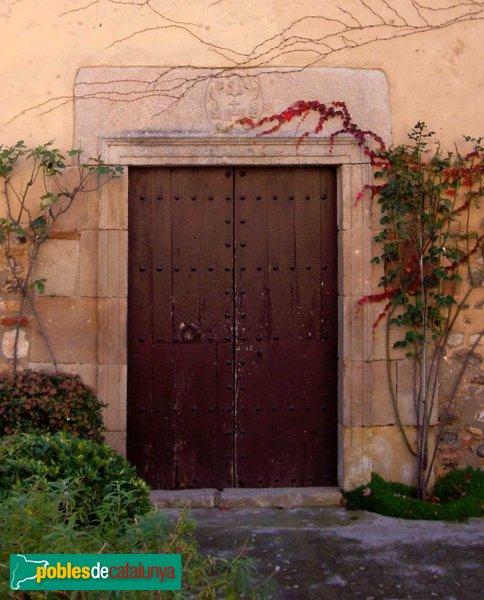 Castellarnau: porta de l'ermita annexa, dedicada a la Mare de Déu de Montserrat