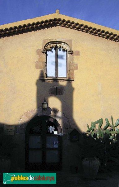 Castellarnau: detall porta principal i finestra sobre la mateixa