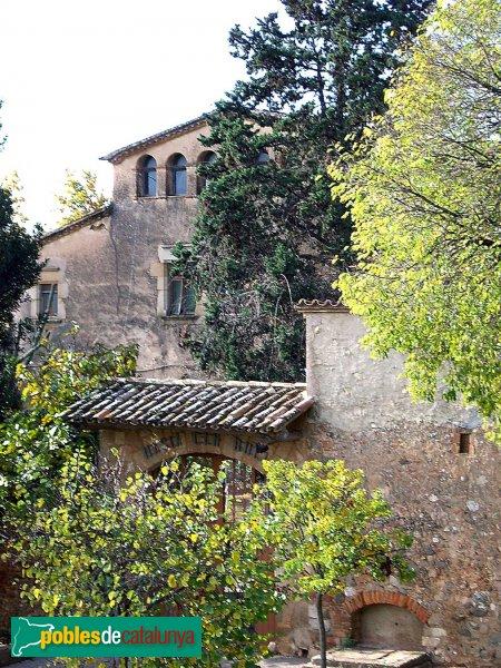 Masia de Can Rull, porta d'entrada al pati i façana principal