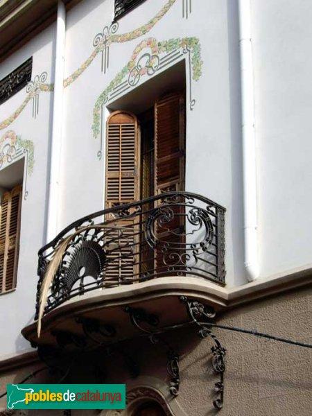 Casa Arimon, detall d'una de les balconades, amb les reixes corresponents