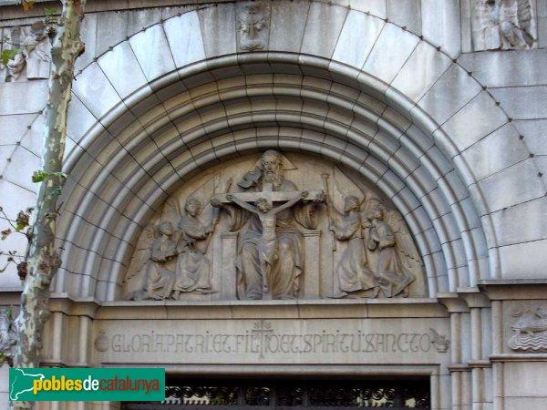 Església de la Santíssima Trinitat, timpà escultòric sobre el davallament de la Creu