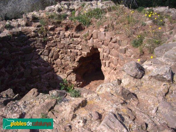 La Torre Roja, accés a l'interior de la torre per un forat