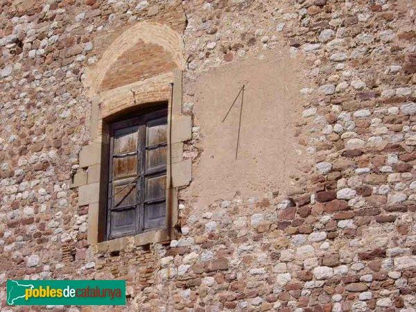 Rellotge de sol i finestra del castell