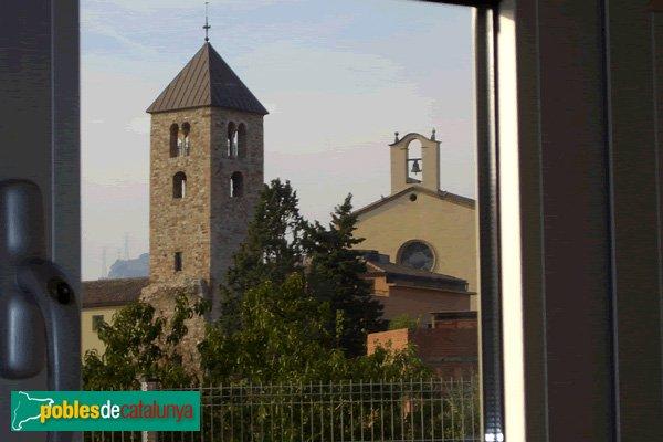 El campanar romànic i l'Església de St. Menna  contemplats des de l'interior d'una aula de l'Institut d'Educació Secundària (IES Sentmenat).