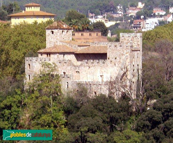Castell de Clasquerí, amb Can Riera al fons