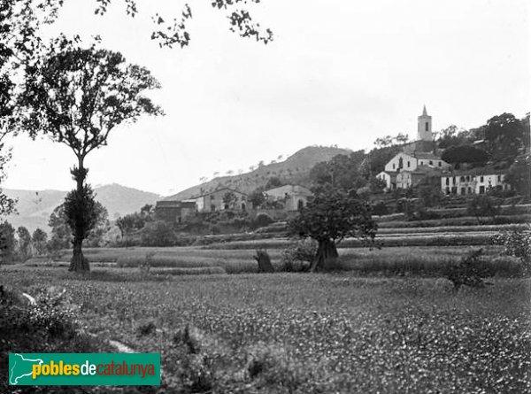 Sant Cebrià de Vallalta - Vista del poble i l'església