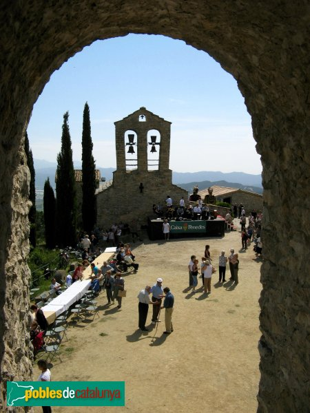 Santa Margarida de Montbui - Santa Maria de la Tossa, des del castell, en dia d'aplec