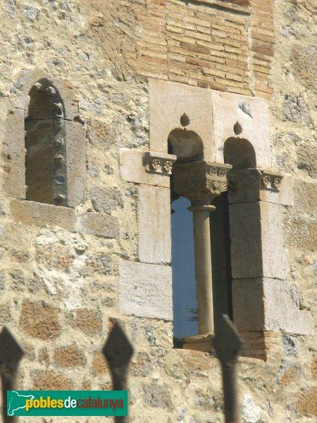 Vilamacolum - Can Tet, finestra coronella