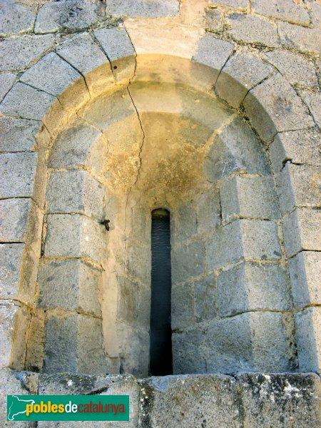 Torroella de Fluvià - Església de Sant Cebrià, finestra de l'absis