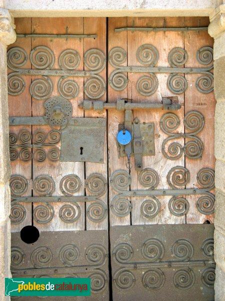 Torroella de Fluvià - Església de Sant Cebrià, porta amb ferramenta romànica