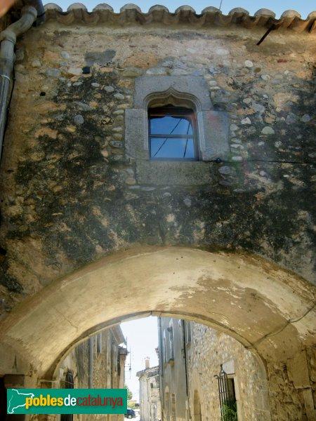 Torroella de Fluvià - Can Sopa, pont sobre el carrer