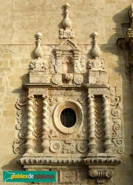 Monestir de Poblet - Façana de l'església, finestra barroca