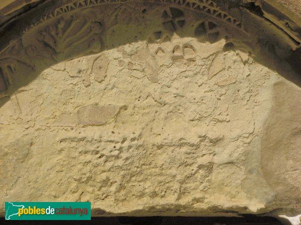 Forès - Església de Sant Miquel, timpà de la porta de les Dones