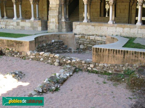 Sant Cugat del Vallès - Claustre, fonaments de la basílica visigòtica