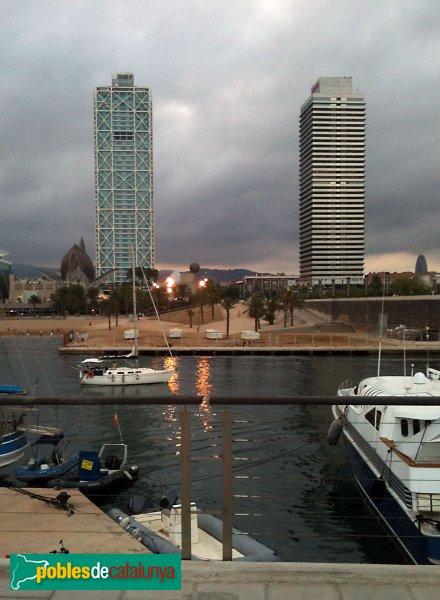 L'Hotel Arts (esquerra) i la Torre Mapfre (dreta), vistes des de l'escollera del Port Olímpic