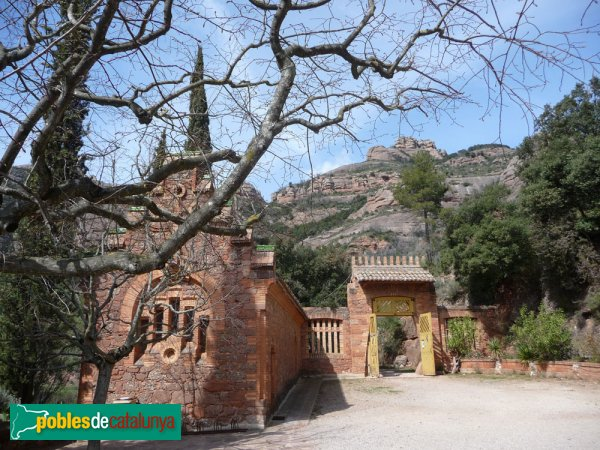 El Marquet de les Roques - Exterior de la capella vista des del pati (esq.); porta del pati (dreta)