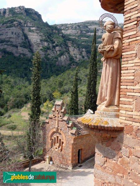 El Marquet de les Roques - estàtua cantonera i capella (al fons)