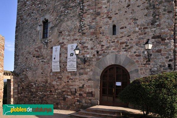 Castell de Plegamans, porta d'accés des de la façana Nord