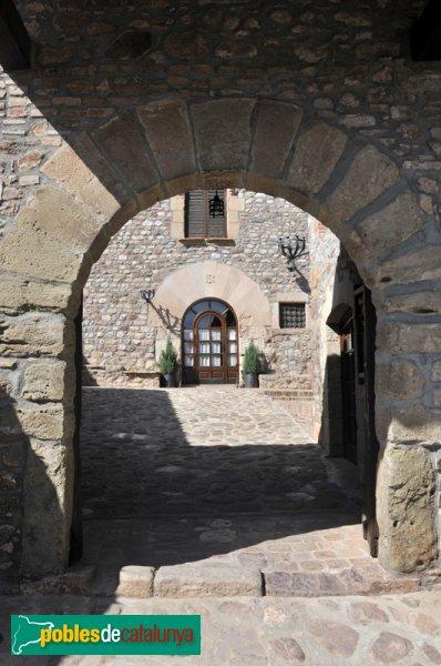 Masia de Can Duran, des de la porta del pati