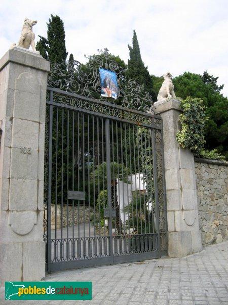 Barcelona - Església de Montserrat, porta del jardí