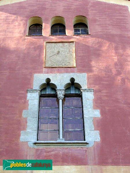Riells i Viabrea - Can Plana, finestral i rellotge de sol