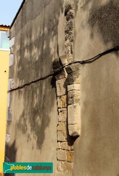 Santa Llogaia d'Àlguema - Restes de l´antic portal