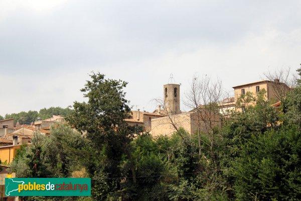 Biure - El campanar de Sant Esteve damunt les cases del poble