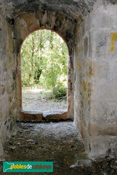 Riudarenes - Castell de l´Esparra, la porta del pis inferior des de dintre