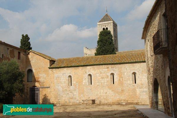 Vilabertran - Paati del palau abacial, amb el monestir al fons