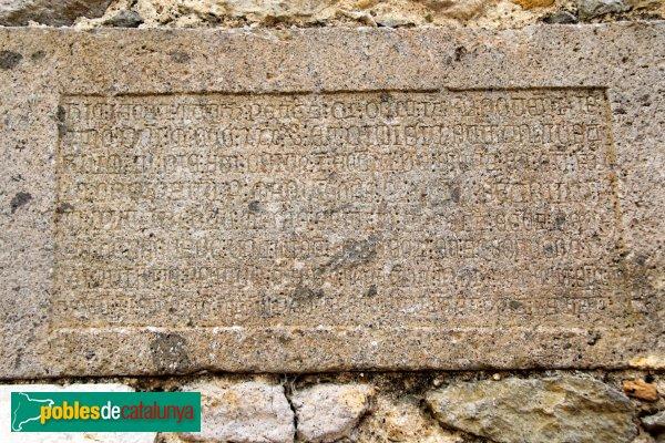 Siurana - Església de Santa Coloma, làpida de 1330
