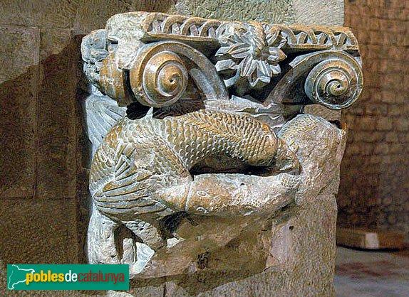 Lladó - Monestir de Santa Maria, capitell procedent del claustre reaprofitat com a pica beneitera