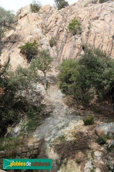Santa Coloma de Farners - Castell de Farners, recollida d'aigües per la roca