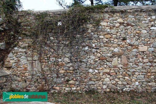 Santa Coloma de Farners - Sant Pere Cercada, mur de l'antic cenobi