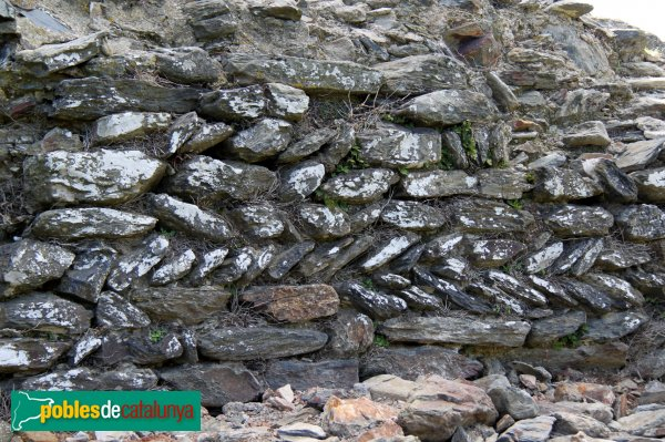 Rabós - Sant Quirze de Colera, restes de l'antic temple