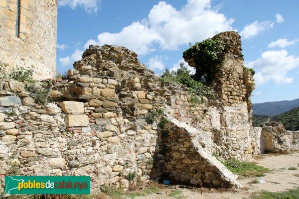 Rabós - Restes antigues darrera l'absis
