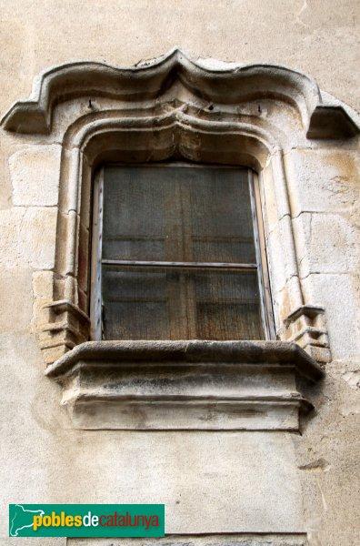 Sant Pere Pescador - Casa Caramany, finestra conopial