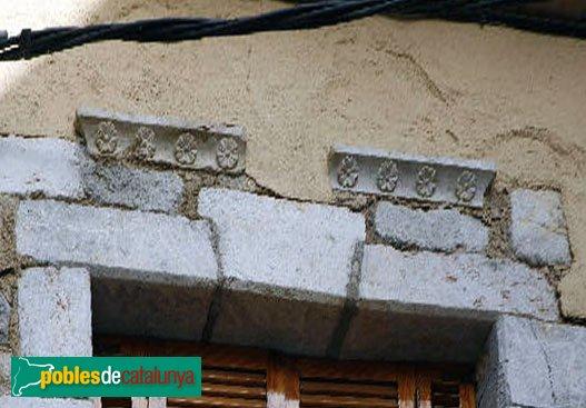 Peralada - Casa al carrer Albergueries, 5, detall finestres