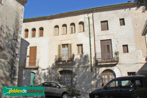 Peralada - Cases de la plaça Ramon Muntaner