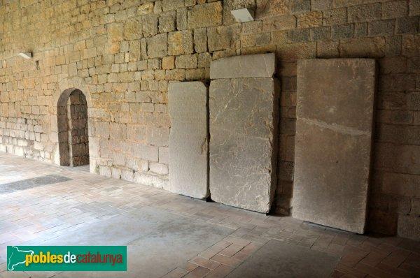 Vilabertran - Làpides al claustre del monestir