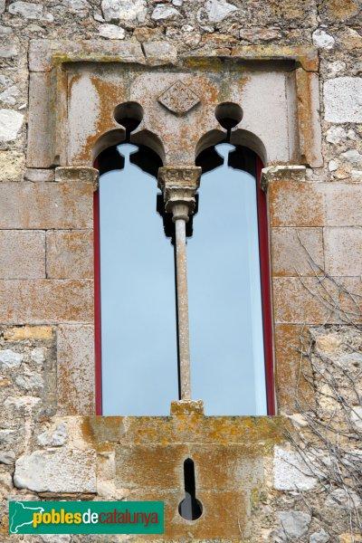 Sant Mori - Finestra del castell, amb l'escut dels Vilagut