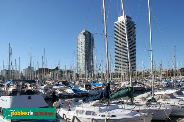 L'Hotel Arts (esquerra) i la Torre Mapfre (dreta), vistes des del Port Olímpic