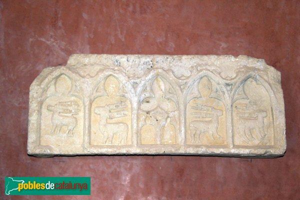Santuari de Santa Maria de Foix, làpida amb escuts dels Cervelló