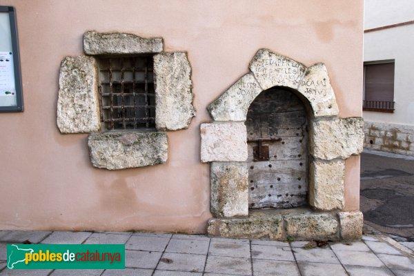 Castellet i la Gornal - La Gornal, casa davant l'església