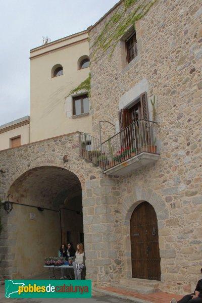 Darnius - Ca l'Araba, adossada a l'antiga muralla